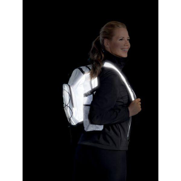 Valkoinen Heijastava Reppu jonka tilavuus on 15 litraa. Reppu heijastaa hyvin pimeässä.